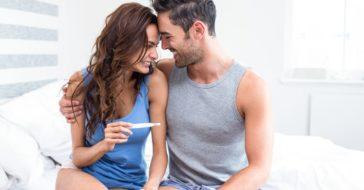junges Paar mit schwangerschaftstest glücklich