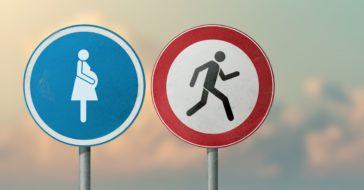 Straßenschilder schwangere Frau und weglaufender Mann
