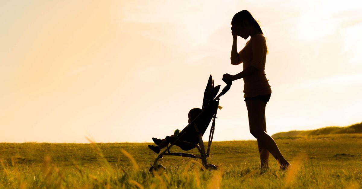 Mutter geht mit Kinderwagen spazieren