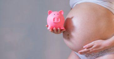 Babybauch mit Sparschwein
