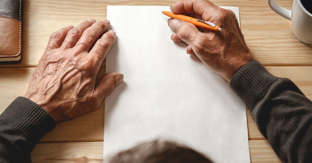alte Hände auf einem Blatt Papier