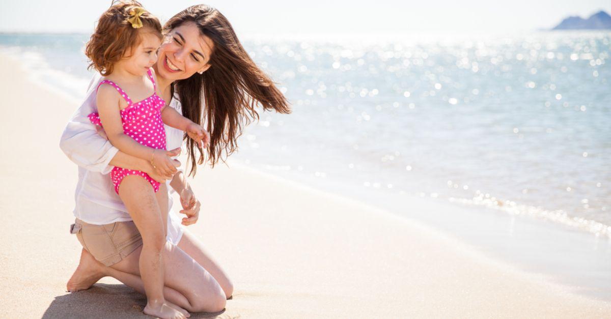mama mit tochter am strand
