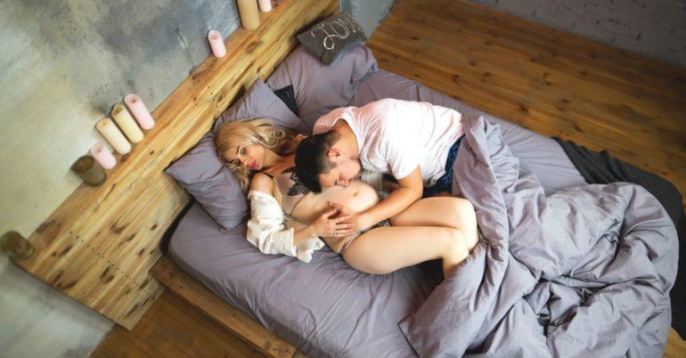 Schwangeres Paar im Bett