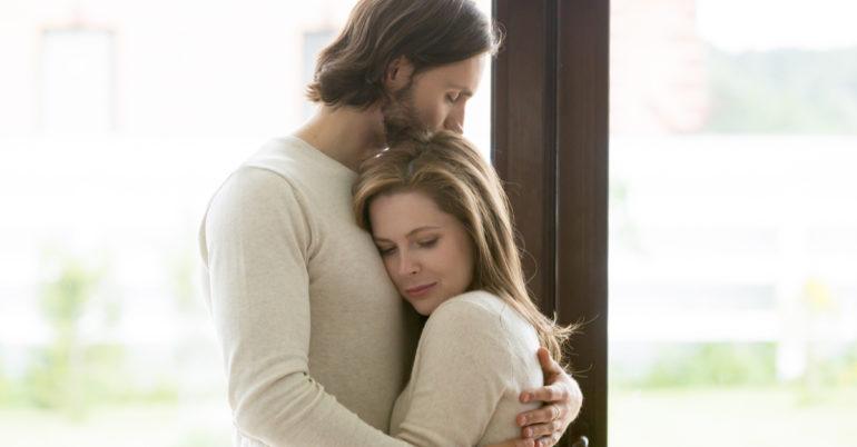 Enttäuschtes Paar in den Armen