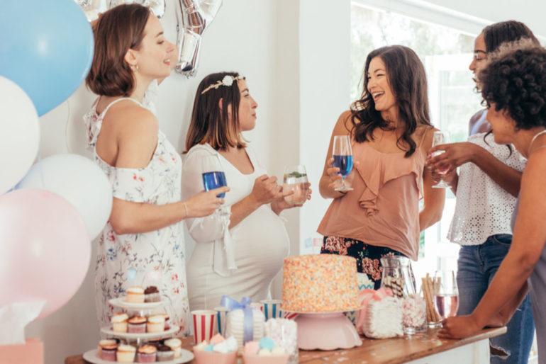 Frauen feiern Babyshower