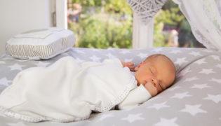 Sicher und geborgen schlafen von Anfang an
