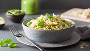 Spaghetti mit Avocado-Pesto und Salat